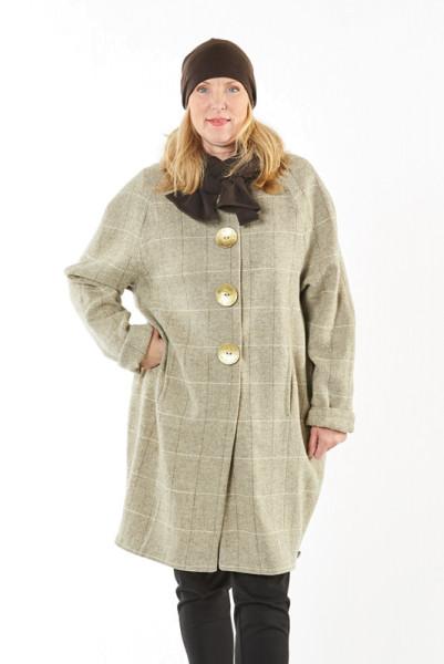 Wintermantel aus 100% Schurwolle mit großen goldfarbenen Knöpfen